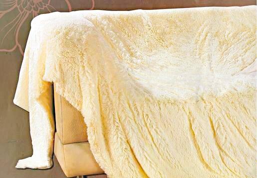 персиковое покрывало на кровать